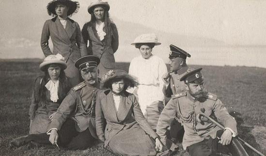 Olga Nikolaevna, Maria Nikolaevna, Anastasia Nikolaevna, Tatiana Nikolaevna, Anya Vyrubova and Tsar Nicolas II in 1914