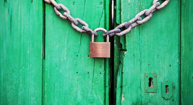 Herausforderungen zwingen uns dazu, kreativ zu denken. Allerdings müssen wir heute die Türen von gestern verschließen. Nur dann sind wir bereit, neue Schritte zu tun. - Zitat von Angela Wozniak