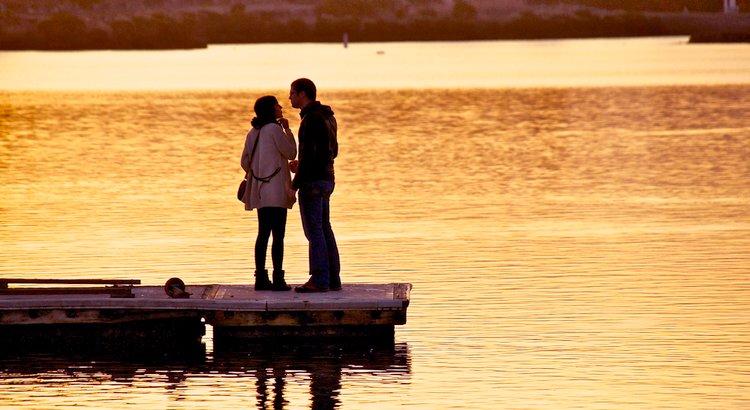 Eine glückliche Liebe hat immer drei Wurzeln: Die Bereitschaft, den Anderen als das anzunehmen, was er ist, ohne ihn verändern zu wollen. Das Vertrauen in die gegenseitige Zuneigung, ohne Beweise dafür zu verlangen. Den Mut, das Herz zu öffnen, ohne Netz und doppelten Boden. - Zitat von Jochen Mariss