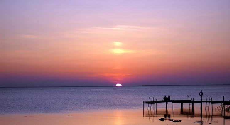 Vertraue dem Menschen, der drei Dinge an dir bemerkt: Den Kummerhinter deinem Lächeln, die Liebe hinter deinem Zorn und den Grund deines Schweigens.