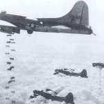 B-17G Fliegende Festungen werfen Bomben auf ein Ziel