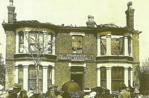 Haus durch Luftschiff bombardiert