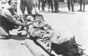 Oxygen wird einem vergasten Soldaten gegeben