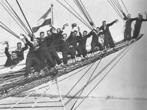 Jugoslawische Kadetten auf der Bugspriet des Schulschiff  Jadran