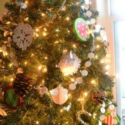 Whats Ur Home Story: handmade Christmas decorations, simple Christmas tree, natural decor Christmas, white and red Christmas tree, paper circles garland, poster board circles garland, faux capiz Christmas tree garland