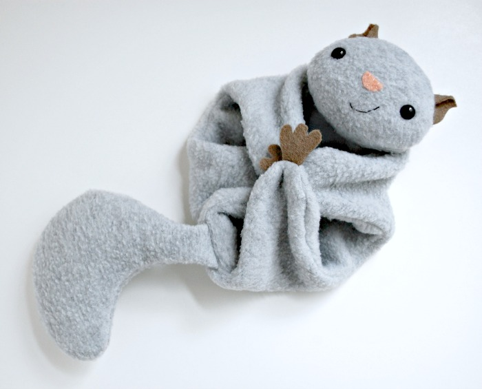 Drache Stofftier Flying Squirrel - A Free Pattern - Whileshenaps.com