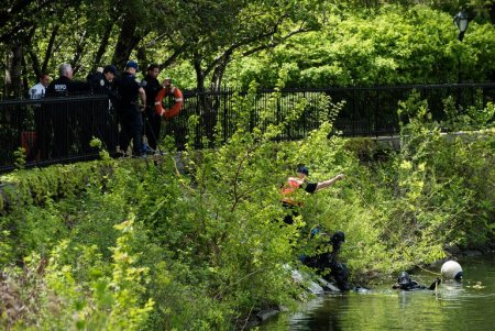 Two scuba divers entered the Jacqueline Kennedy Onassis Reservoir in Central Park near East 88th Street on Wednesday. A body was found in the Pond near 59th Street and Fifth Avenue on Wednesday morning, the day after another corpse was discovered in the reservoir. (Karsten Moran for The New York Times)