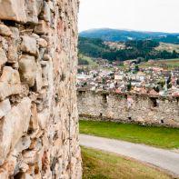 Alte Steine vor bröckliger Burg