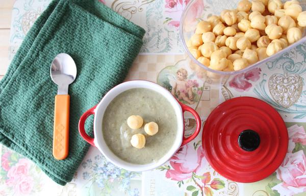 zupa krem z pieczarek z groszkiem ptysiowym.