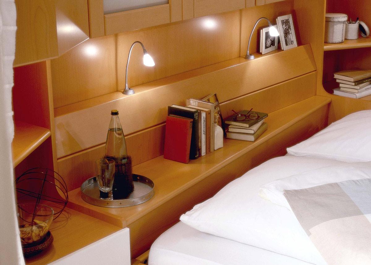 Schlafzimmer überbau Modern | Detail Bettbrücke Mit Leseleuchten ...
