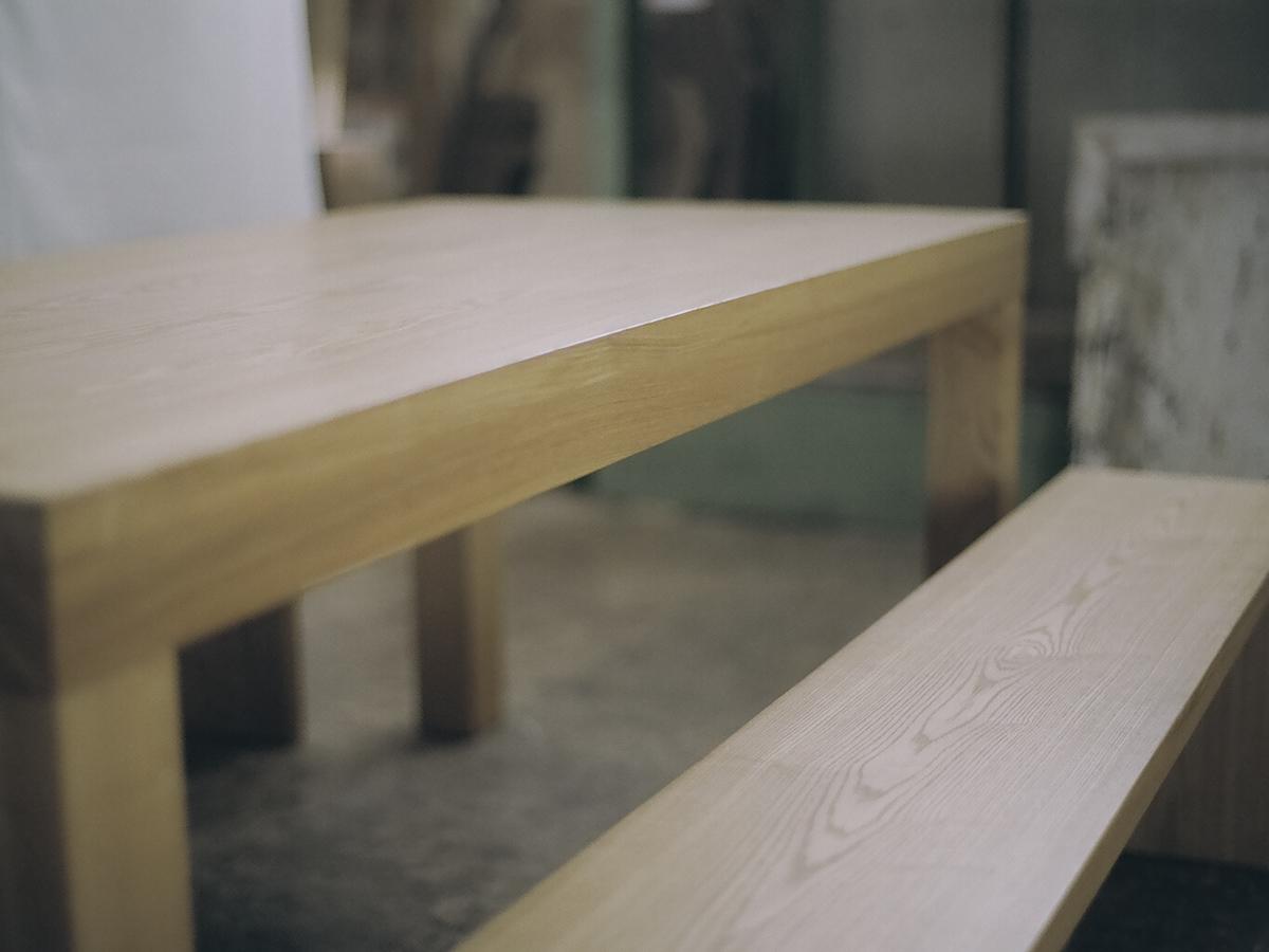 真っ直ぐに伸びたタモ材の木目を、側面の厚み部分でも楽しめ