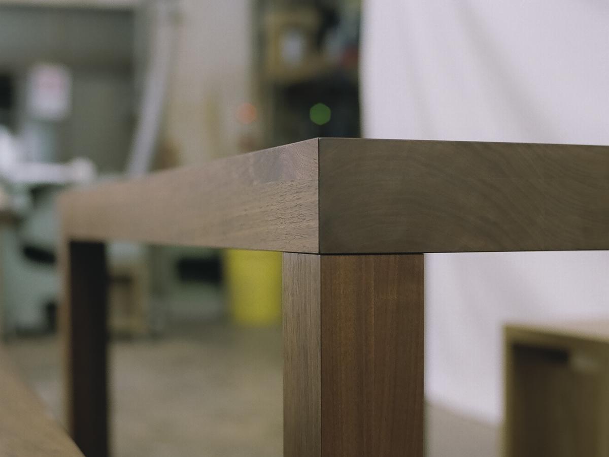 アッツテーブルの側面は、無垢材が二層になっています