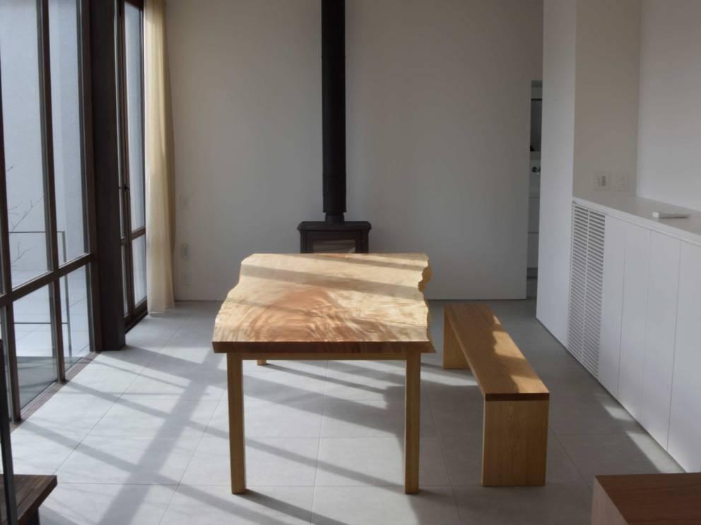 2016年12月12日 ご納品させていただいた大きな一枚板天板のトチダイニングテーブルです