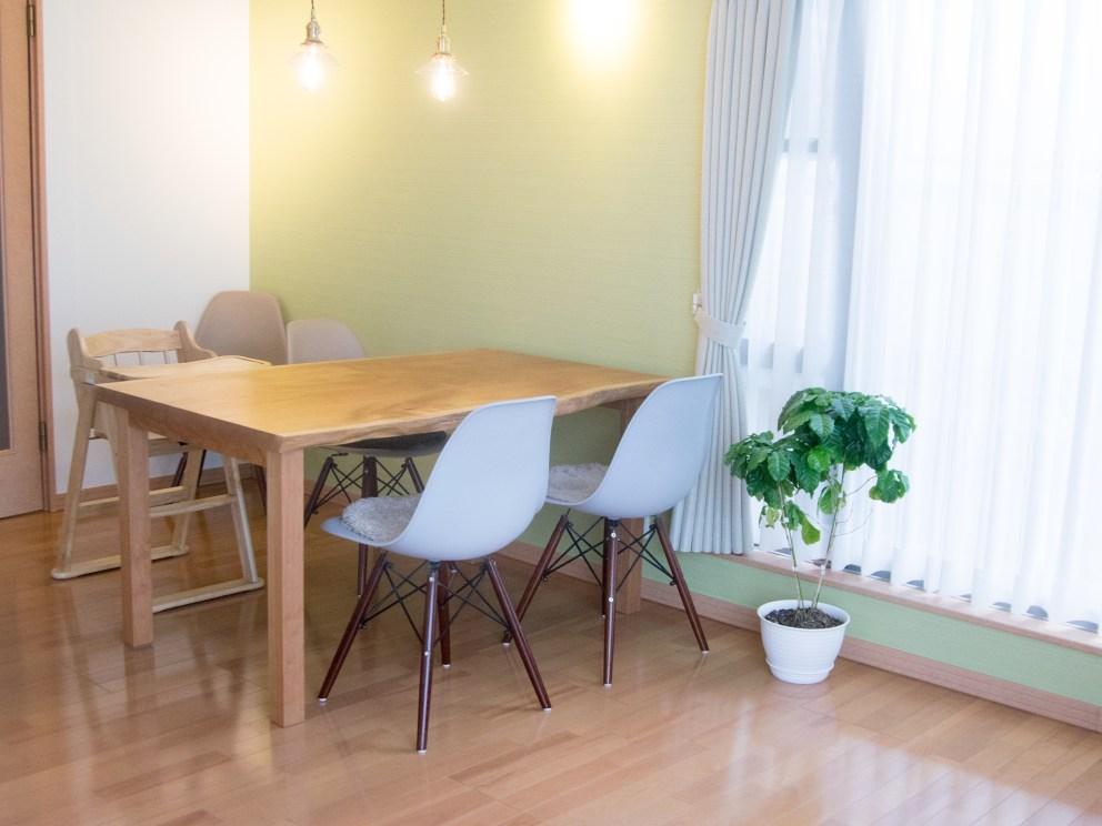 モダンな家具とも調和する 4人掛け アメリカンチェリー材 3枚接ぎ天板テーブル