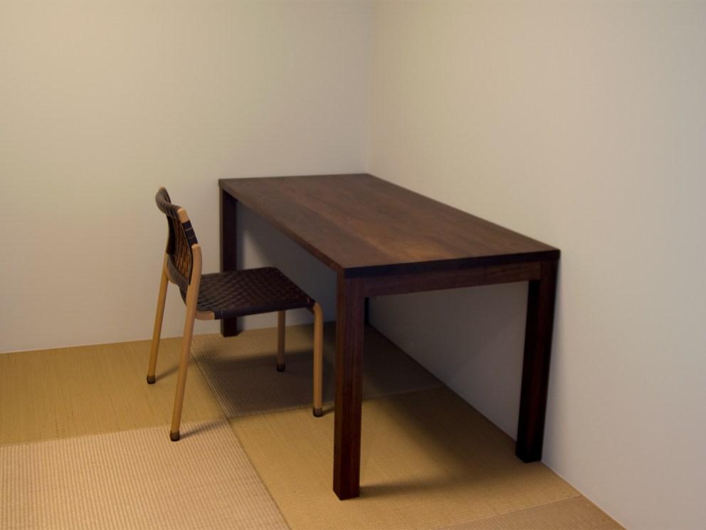 ウォールナット材で製作した、スタンダードテーブル・タイプ2による作業台