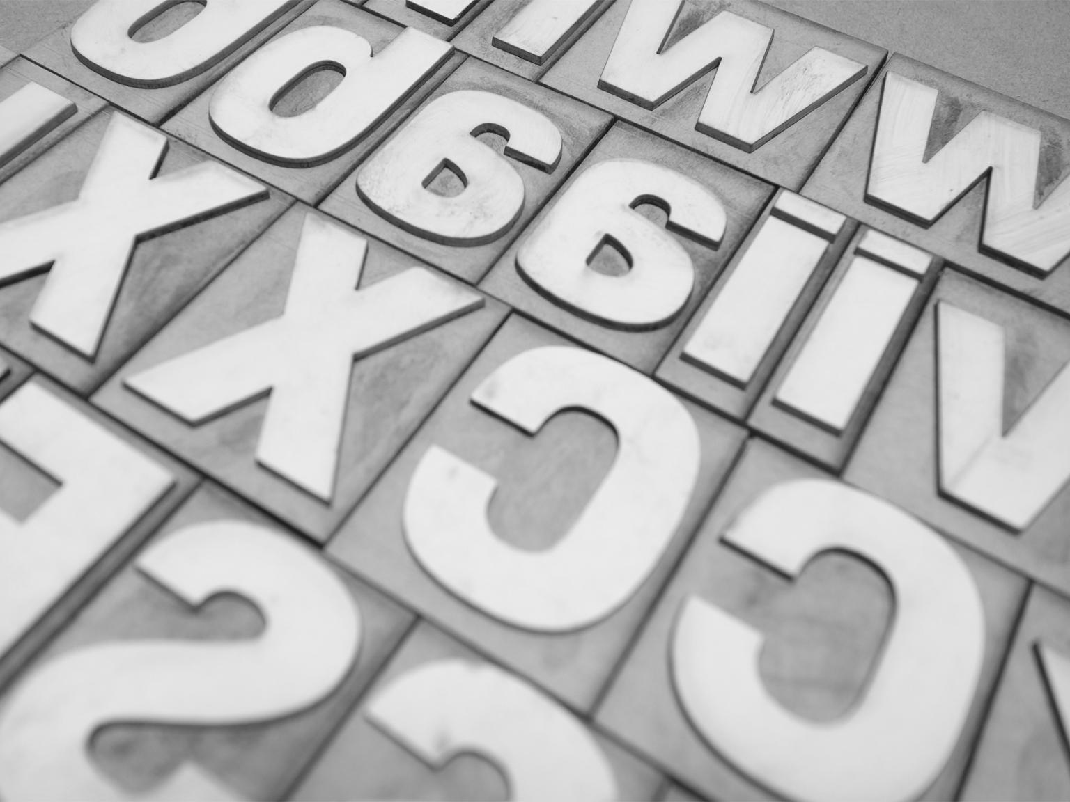 紙で出来た紙活字®は表面を削ったり形をつけることでテクスチャーを加えることが出来ます