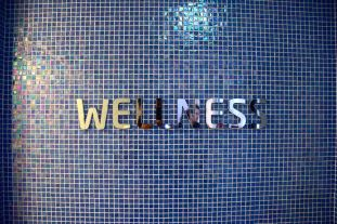 Hotel Luxe Wellness Sign