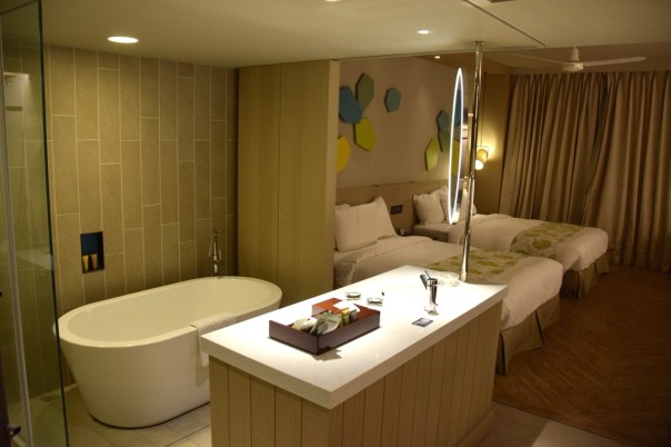 palau-royal-resort-room-bathroom