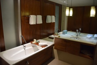 hilton-fiji-beach-resort-room-bath