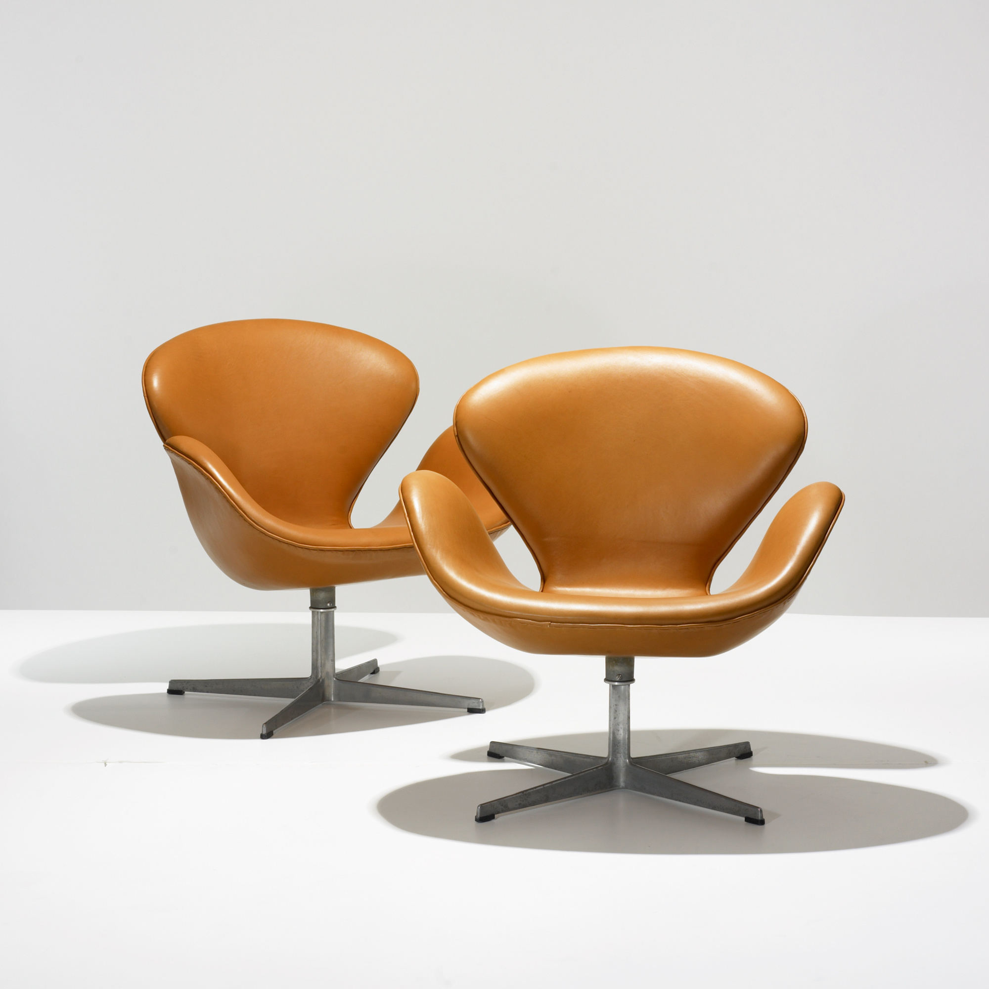 Arne Jacobsen Swan Chair 423: Arne Jacobsen, Swan Chairs, Pair