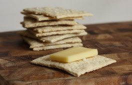 easy homemade oat-buttermilk crackers for cheese | writes4food.com