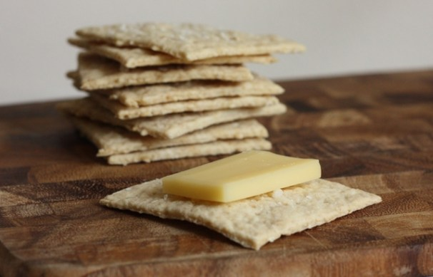 easy homemade oat-buttermilk crackers for cheese   writes4food.com