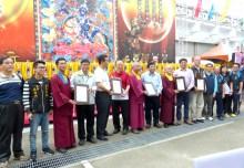 圖為頒發五個感謝狀給蓮生活佛、密教總會、台灣雷藏寺、華光功德會及中區華光功德會。