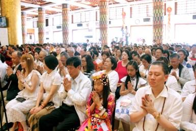 圖為善信佛子虔心共修。