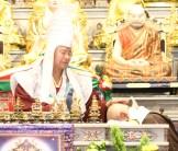 圖為蓮生法王加持蓮哲上師。