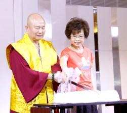 圖為蓮生法王與蓮香師母共切慶賀蛋糕