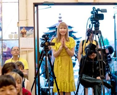 圖為貴賓中天電視台「給你點上心燈」節目製作人徐雅琪師姐向師尊問安