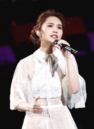 楊丞琳昨穿著白色絲綢 印花禮服演唱