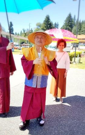 2017年6月23日,聖尊蓮生活佛在西雅圖開示,提到《定中之定》,告訴弟子一個真相:「原來,執著神通也是成佛的一大阻礙。」圖為師尊與師母。