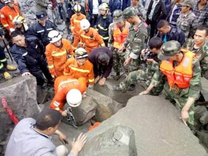 四川茂縣山崩滅村 救難人員想辦法救人