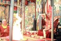 2017年7月2日下午,美國西雅圖彩虹雷藏寺恭請蓮生法王盧勝彥主壇「愛染明王護摩大法會」,法王於開示前,為一對新人舉行福證儀式。是日,貴賓雲集。圖為獻供護摩木。
