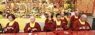 2017年7月1日晚間,美國西雅圖雷藏寺恭請蓮生法王盧勝彥主持週六會同修,同修本尊是西方極樂世界教主阿彌陀如來,善信護持。圖為坐於大殿龍邊護持的上師團。