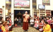 2017年7月1日晚間,美國西雅圖雷藏寺恭請蓮生法王盧勝彥主持週六會同修,同修本尊是西方極樂世界教主阿彌陀如來,善信護持。圖為師尊做總加持。