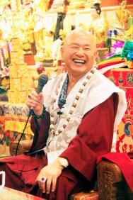 2017年5月6日下午,蓮生法王盧勝彥佛駕台灣中壢法舟堂,主持開光安座儀式,賜授真佛傳承和還凈灌頂,並賜墨寶。圖為師尊開示幽默風趣。