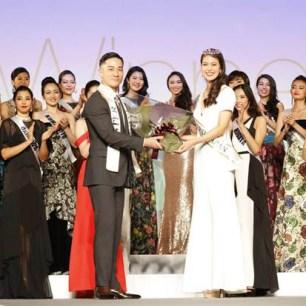 最新的日本環球小姐出爐!由22歲、代表千葉縣的阿部桃子奪冠。身高175公分的阿部桃子,在佳麗中也是鶴立雞群。圖為阿部桃子接受贈花。
