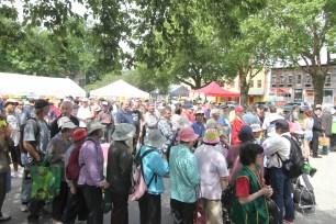 圖為社區民眾熱烈響應「華光日」關懷社區活動,井然有序排隊領取食物及用品。