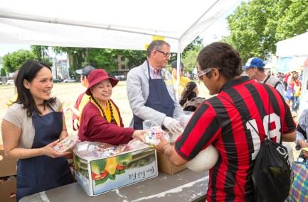 圖為蓮慈上師派送食物給民眾。