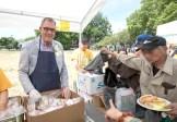 圖為貴賓溫哥華副市長Mr. Tim Stevenson派送食物給民眾。