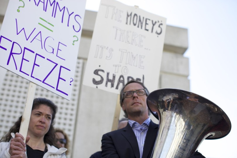 San Francisco Symphony musicians marched on a picket line on March 21. (Deborah Svoboda/KQED)