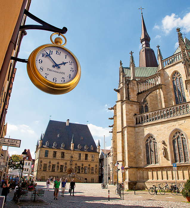 Bild Rathausplatz mit großer Uhr
