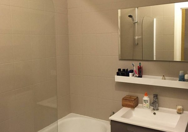 Rénovation salle de bains  repeindre le carrelage plutôt que de le - Repeindre Du Carrelage De Salle De Bain