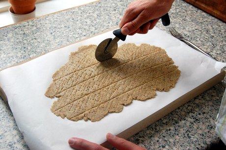 Skær kiksene ud med en kniv, en kagespore eller som her: et pizzahjul