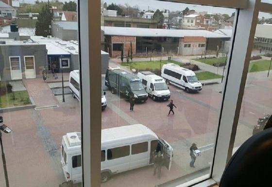 Allanan la Municipalidad de Berazategui y la Gendarmería retiene a los empleados