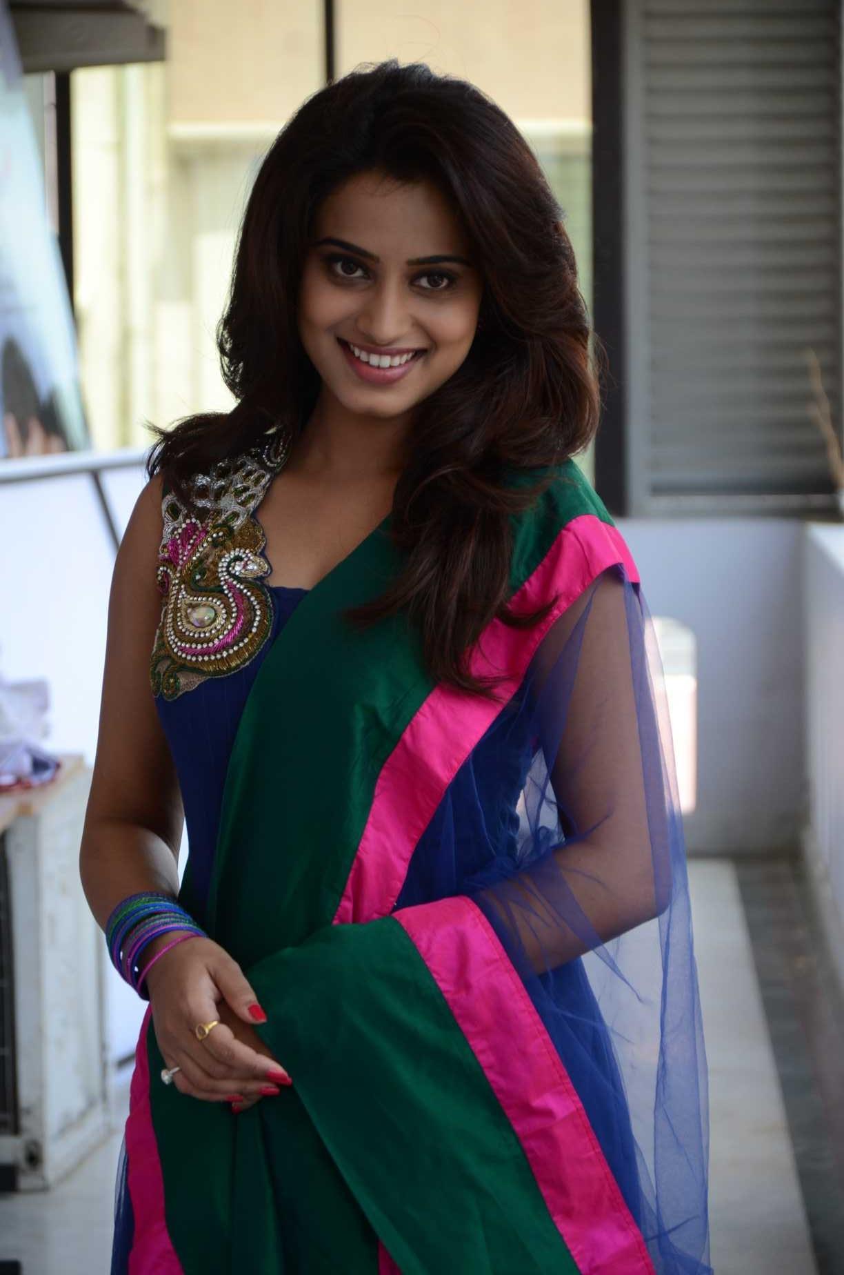 Shanvi Cute Hd Wallpapers Dimple Chopade Latest Cute Stills 25cineframes