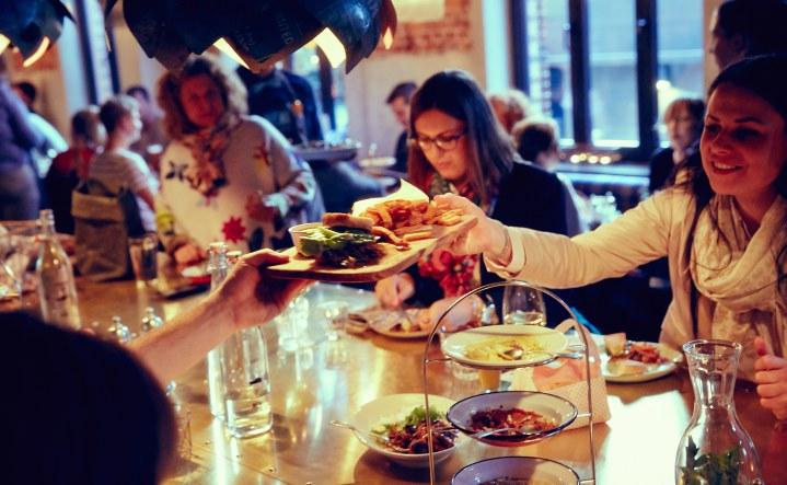 25h_hafenamt_stephanlemke_neni_hamburg_restaurant_people_medium_18_6907fc4ec2cf1bb59d72f0fjpg - esszimmer 25hours