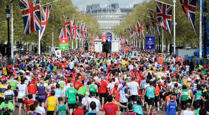 epa03192532 Runners advance to the finish of the 32nd London Marathon on the Mall in London, Britain, 22 April 2012. Seen in background is Admirality Arch. Organisers said that just over 37,500 entrants have registered for the race. EPA/FACUNDO ARRIZABALAGA  +++(c) dpa - Bildfunk+++
